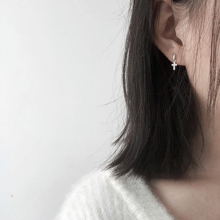 Detail Gambar Kompak Salib Anting tindik Liontin 925 perak murni Platinum bertatah berlian Anting-anting elit model pendek anting-anting perempuan minimalis ...