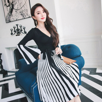 Autumn New style v-neck Hit color striped knit dress (Black)