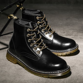 Stylish men in hight-top boots Dr. Martens (Black)